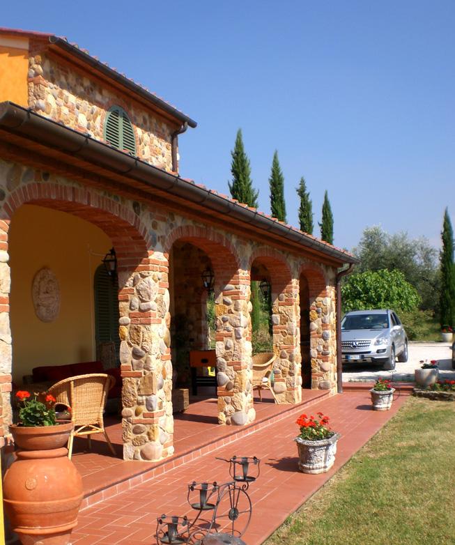Casa moderna, roma italy: pareti in pietra per interni